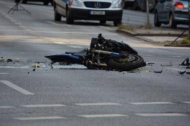 Wypadek przy ul. Folwareckiej, motocyklista w szpitalu