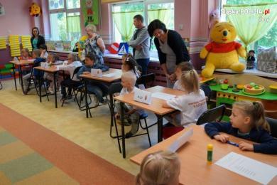 Policjanci i Sznupek kibicowali żorskim przedszkolakom