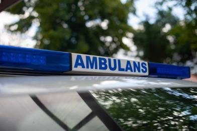 Agresywny 21-latek zniszczył szybę w ambulansie