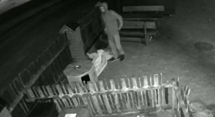 Rozpoznajesz tego mężczyznę? Jest podejrzany o kradzież parasola ogrodowego